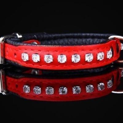 Rødt halsbånd med krystaller